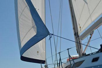 Segelyacht im leichten Wind